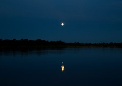 Ocaso-with-the-Moon-reflected-in-the-Amazon-lakes