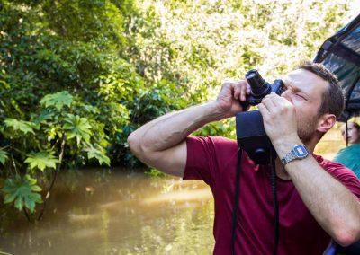Turista-fotografiando-monos-de-la-selva-amazonas