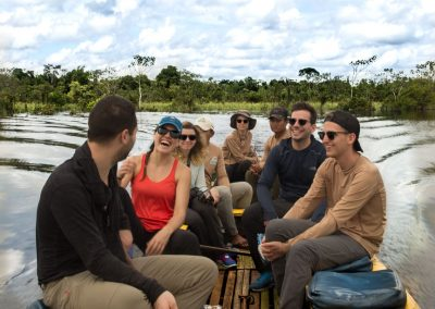 traveling-tourists-laugh-as-they-travel
